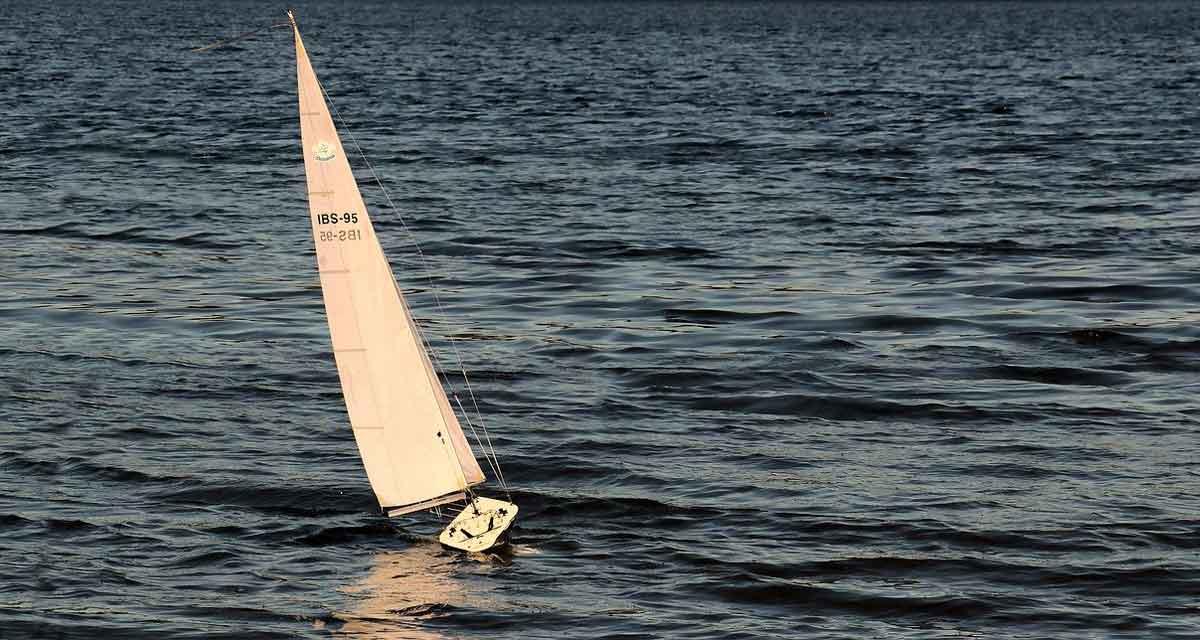 zeilboot op een meer