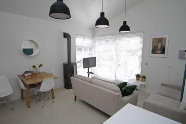 Bungalow OP001 - Nederland - Friesland - 4 personen - woonkamer met houtkachel