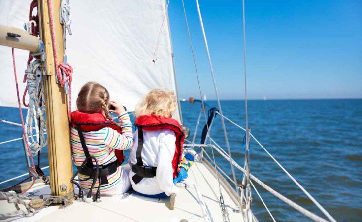 kinderen op voordek zeilboot nederland