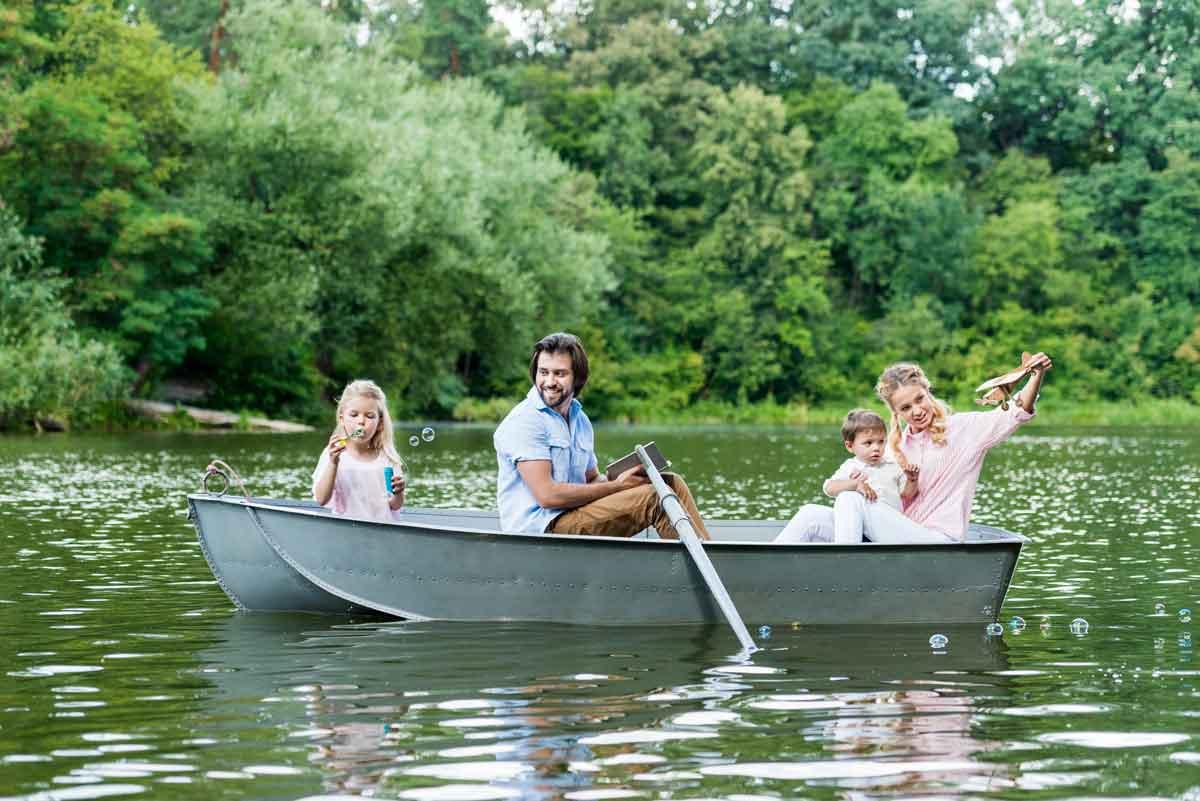 varen in roeiboot met gezin